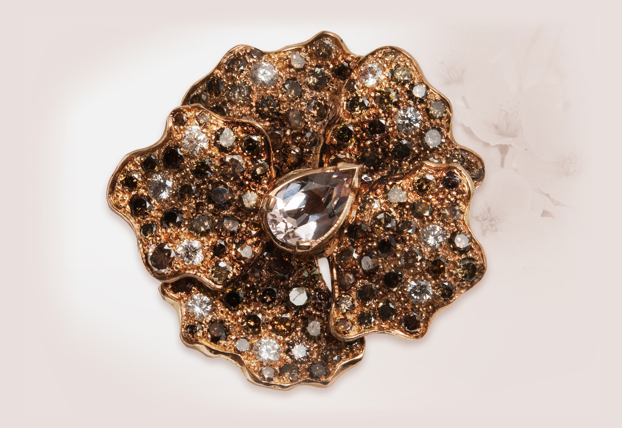 Oro rosa 18 kt, pavé di brillanti brown chocolate e diamanti bianchi, centrale di morganite a goccia